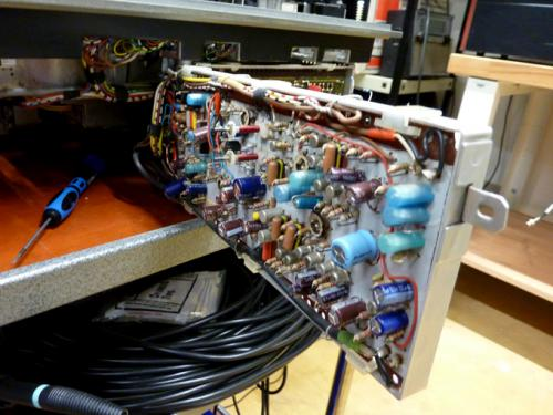 Electronic circuits in a Philips EL 3402 videotape recorder. Photo : PACKED vzw.